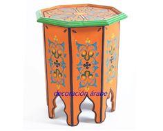 Excelente producto de la artesanía marroquí, hecho a mano y pintado cuidadosamente por artesanos carpinteros, motivos florales y geómetricos propios de la decoración árabe de interiores, ideal como mesita de noche, o en el rincón del salón.