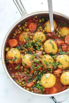Un plat simple et savoureux : des petits pois, carottes et pommes de terre en sauce tomate. Les légumes sont mijotés à feu doux dans une sauce tomate avec de l'oignon, de l'ail, des herbes aromatiques et des épices. Vous pouvez le faire sans viande pour un plat d'accompagnement ou avec viande si vous voulez un plat complet.