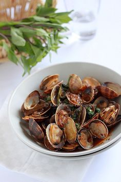 Clams Recipe: Hoy Lai Ped (Spicy Clams in Thai Roasted Chili Paste). Clam Recipes, Fish Recipes, Seafood Recipes, Asian Recipes, Gourmet Recipes, Cooking Recipes, Healthy Recipes, Cooking Fish, Dinner Recipes