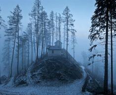 Quelles se trouvent en Laponie, en Norvègeou dans les Alpes, ces superbes maisons, situées en plein cœur des montagnes, sont magiques! Elles n'attendent que vous...