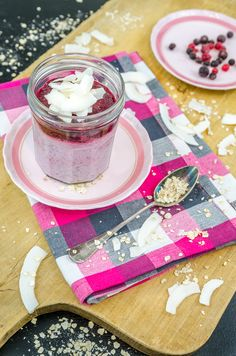 Very Berry Overnight Oats mit Kokosmilch