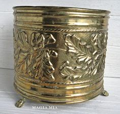 me ~ Magia Mia: Chalk Paint & Brass . A Love Story Whimsical Painted Furniture, Chalk Paint Furniture, Hand Painted Furniture, Repurposed Furniture, Painted Candlesticks, American Paint Company, Paint Brass, Brass Planter, Dark Wax