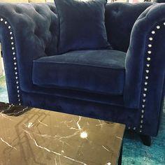 Blå Buffeln chesterfield fåtölj, sammet med nitar. Silver, guld, mässing, krom, antik, stor, rymlig, vardagsrum, möbler, inredning, svart, marmorbord, marmor, bord, soffbord.