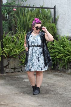 Quem disse que vestido acinturado tem que vir com um look romântico? Inspire-se nesse vestido plus size estampado para montar um look moderno e fashion.