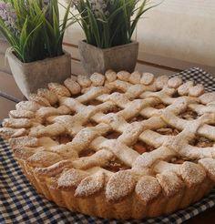 ELMALI TURTA Elmalı turta olsun elmalı kurabiye olsun sevmeyen ya yoktur yada çok azdır herhalde , ben seviyorumya herkes seviyordur diye düşünüyorum Eeee..ne demişler alemi nasıl bilirsin? Demiş : kendim gibi ... sözün özü elmalı pastalar güzeldir Tarif : 125gr. tereyağ ( yada margarin ) --- 2yumurta --- 1 su bardağı şeker --- 2 yemek kaşığı yoğurt --- 1 küçük paket karbonat -- 3,5 bardak un ( kontrollü koyalım ele yapışmayan yumuşak hamur olacak ) içine : 4-5 iri elm...