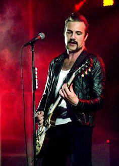 Adam Grahn, zanger/gitarist van Royal Republic.