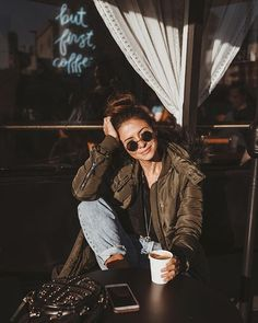 Coffee Videos In Bed - - - Coffee Packaging Gold - - Coffee Tree Cartoon Tumblr Photography, Portrait Photography, Coffee Photography, Ideas Fotos Tumblr, Selfie Foto, Foto Casual, Insta Photo Ideas, Poses For Pictures, Winter Photos