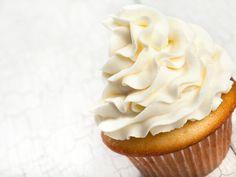 La crema al burro è una preparazione basilare della pasticceria, utilizzata per farcire torte ed i famosissimi cupcake americani