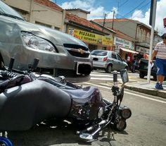 Duas pessoas saem feridas após colisão entre carro e moto na Rua Amando -   O Corpo de Bombeiros de Botucatu registrou um acidente de trânsito no início da tarde desta quinta-feira, 02, no cruzamento das Ruas Campos Salles e Amando de Barros, área central de Botucatu. Segundo informações, um GM Classic cruzou a Campos Salles, não se atentando a placa de pare no - http://acontecebotucatu.com.br/policia/duas-pessoas-saem-feridas-apos-colisao-entre-carro-e-moto-n