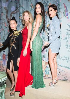 From Left-Right: Bella Hadid, Gigi Hadid, Kendall Jenner and Hailey Baldwin - at the Met Gala 2015 Kendall Jenner Gigi Hadid, Kendall Jenner Outfits, Hailey Baldwin, Bella Gigi Hadid, Gala Gowns, Modelos Fashion, Mannequins, Ideias Fashion, Fashion Models
