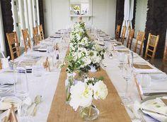 ザ・カハラ・ホテル&リゾートのプライベートスペースでのレセプション。長テーブルのセンターに幅広のバーラップ(粗い黄麻の織物)を敷き、デザインの異なる花器に野の花を。大輪のシャクヤクがアクセント