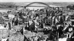 Het centrum van Nijmegen nadat het getroffen was door geallieerde bommen in Wereld Oorlog II.   22 February 1944