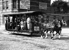Open paardentram, getrokken door twee paarden, op weg naar het station in Breda…