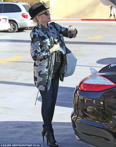 Mode et grossesse / Fashion and Pregnancy : Gwen Stefani Old Singers, Studio City, Gwen Stefani, Christmas Shopping, Pregnancy, Maternity, Punk, Chic, Style