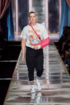 Moschino Fall 2020 Ready-to-Wear Fashion Show - Vogue Moschino, Vogue Paris, Models, Fashion Show Collection, Mannequins, Christmas Sweaters, Ready To Wear, Fall Winter, Menswear