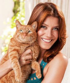 thinking of going red . maybe like Kate Walsh Addison Montgomery, Cat People, People Like, She And Her Cat, Celebrities With Cats, Celebs, Kate Walsh, Son Chat, Go Red