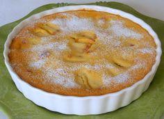 Una torta alle pesche facile da preparare. La frutta si può cambiare, secondo i gusti. Va tenuta in frigorifero per alcune ore prima di essere consumata.