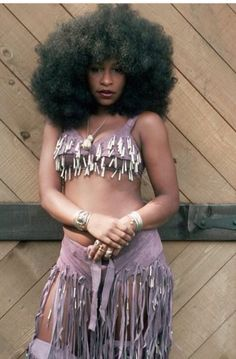 Yes, younger Chaka Khan. Love the afro. Chaka Khan, Black Girls Rock, Black Girl Magic, My Black Is Beautiful, Beautiful People, Beautiful Women, Jimi Hendrix, Vintage Black Glamour, Vintage Soul