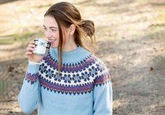 Islantilaisneule on lämmittävä ja näyttävä neulepaita. Tämä islantilaisista perinnekuvioista inspiroitunut malli saa kaarrokkeeseen kukkaköynnöksen. Pullover, Knitting, Malli, Sweaters, Crafts, Inspiration, Cottage, Summer, Diy