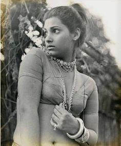 Dimple Kapadia, vintage Black and White Bollywood Photo. Bollywood Cinema, Bollywood Photos, Indian Bollywood, Bollywood Stars, Bollywood Celebrities, Bollywood Actress, Vintage Bollywood, Star Wars, Old Actress