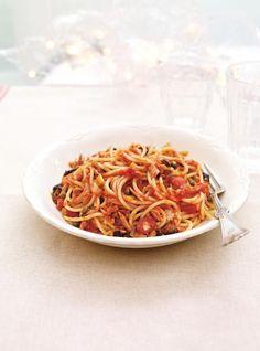 Ricardo& recipes : Quick and Easy Tomato and Tuna Spaghetti Tuna Spaghetti Recipe, Spaghetti Sauce Tomate, Spaghetti Recipes, Best Pasta Recipes, Seafood Recipes, Healthy Recipes, Easy Recipes, Queens Food, Ricardo Recipe