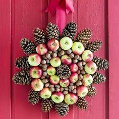 une couronne naturelle fabriquée par des pommes de pin, pommes et noix