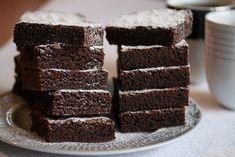 Denne langpannekaken er noe av det enkleste som finnes og noe av det beste som finnes! Deigen røres raskt sammen og gir en myk og deilig og litt «kladdete» sjokoladekake. Kaken stekes i stor langpanne og rekker til mange. Oppskrift og foto: Kristine Ilstad/Det søte liv. Chocolate Fudge Cake, No Bake Cake, Cake Recipes, Food And Drink, Sweets, Candy, Cookies, Desserts, Brownies