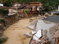 Río de Janeiro - 1 de enero de 2011. Delizamientos de tierras e inundaciones que arrasaron con numerosas viviendas en favelas.