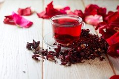 Traditional health benefits of Hibiscus tea include treating hypertension (hypertension), reducing fever and treating liver disorders. Hibiscus Tea, Hibiscus Flowers, Chinese Herbs, Weight Loss Tea, Tea Recipes, Cranberries, Summer Drinks, Herbal Medicine, Health Benefits