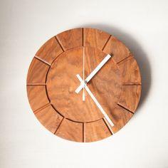 シンプルな木の時計です。お祝いなどの贈答品としても人気です。 この商品のギフトラッピングは無料で承ります。(写真参照)ステップムーブメント(カチカチと音がする...|ハンドメイド、手作り、手仕事品の通販・販売・購入ならCreema。