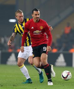 Manchester United's Zlatan Ibrahimovic (R) vies with Fenerbahce's Simon Kjaer (L) during the UEFA Europa League football Fenerbahce SK vs Manchester United at the Fenerbahce Ulker Stadium on November 3,2016 in Istanbul.   / AFP / STRINGER