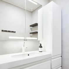 Pieni syksynsävyinen wc │ Laattapiste  #wc #dansani #zaro #allaakaappi #peilikaappi #pikkuwc Beautiful Homes, Toilet, Sweet Home, Bathtub, Simple, Bathrooms, Home Decor, Bath, House Of Beauty