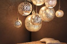 Oosterse lampen in cluster geven een exotisch en luxueus gevoel.