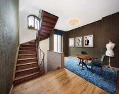 Holz-Innentreppe-Mezzanin-Gestaltung-neoklassisches-Haus-komplett-umgebaut