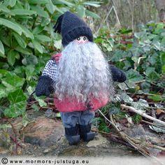 Tomtegubben på promenad i stora stadens park. The gnome is walking in the park.