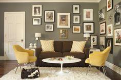 szare ściany,brązowa sofa,białe dekoracje,żółte poduszki,żółte obrazy,brązowe dodatkiżółte dodatki,żółte fotele
