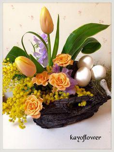 Beautiful spring floral arrangement designed by Kayo Suenaga Ueda.