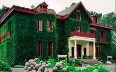 la casa de arbaizenea: edificada a finales del siglo xix en san sebastián, cuenta con 15 hectáreas de vegetación. su interior alberga grabados, telas y muebles de estilo británico