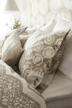 En flirt med spets och neutrala toner passar fint i sovrummet Flirting, Bed Pillows, Pillow Cases, House Styles, Interior, Pillows, Indoor, Interiors