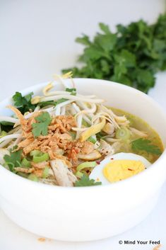 Soto ajam - Indonesische kippensoep - Mind Your Feed Best Tomato Soup, Canned Tomato Soup, Vegetable Stew, Vegetable Dishes, Sashimi, Healthy Soup Recipes, Great Recipes, Betty's Burgers, Asian Recipes