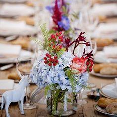 Muitas vezes as hortenses acabam por preencher e dar volume ao centro de mesa que pode ser completado com outras flores e detalhes! Vejam mais sugestões no blogue! #casarcomgraca #weddingplanner #wedding #details #inspiration #flowers #decoration #youdreamitwemakeit