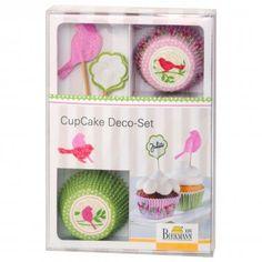 Birkmann  Cupcake Deko-Set Birds    Diese Törtchen schenken Freude! Die typisch amerikanischen Cupcakes , die kleinen Pendants zur gestandenen Torte, haben sich zum Liebling der Hobby-Bäcker gemausert. Die Mini-Kuchen sind fix zubereitet, süß und unwiderstehlich . Für Geburtstage, Kaffeekränzchen und Partys sind Cupcakes perfekt – und mit dem Cupcake Deko-Set Birds blitzschnell dekoriert und zuckersüß anzusehen. Das detailverliebte Dekomaterial macht aus den kleinen Törtchen große…