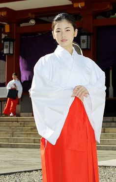 Female assistant at a Shrine Japanese Costume, Japanese Kimono, Japanese Girl, Geisha, Japanese Beauty, Asian Beauty, Kikyo Cosplay, Shrine Maiden, Art Japonais