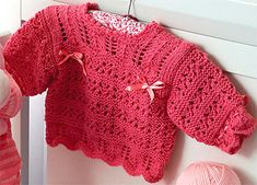 4 receitas de casaquinhos de bebê em tricô Crochet Baby Jacket, Crochet Baby Sweaters, Crochet Bebe, Knit Crochet, Knitting For Kids, Baby Knitting, Reborn Babies, Couture, Baby Dress