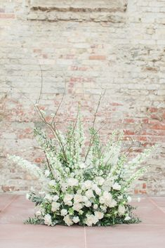 Modern White - Inspirational Wedding Shoot. Love this ground floral arrangement by The Bridal Blush. For an all white modern wedding. Photo: Wike Zijlstra Photography