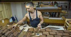 Um funcionário seleciona charutos na fábrica H. Upmann, em Havana.