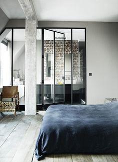 Déco salle de bains indus fenêtres servant de cloisons