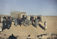 Sur la route de Gabès à Foum-Tataouine, auto-camion de ravitaillement enlisé dans les dunes après une tempête de sable