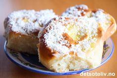 Alle elsker jo Skolebrød - og her er en herlig variant som lages som Skolebrødsnurrer. I stedet for å ha vaniljekrem bare i midten, rulles bollene her sammen med vaniljekrem i svingene. På toppen må det selvsagt være melisglasur og kokos. Dette er garantert populære boller! Doughnut, Sweet Recipes, French Toast, Food And Drink, Pudding, Baking, Breakfast, Desserts, Ramadan