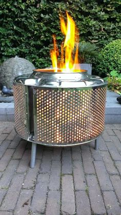 DIY fire pit designs ideas - Do you want to know how to build a DIY outdoor fire pit plans to warm your autumn and make s'mores? Find inspiring design ideas in this article. Metal Fire Pit, Diy Fire Pit, Fire Pits, Fire Pit Drum, Washer Drum, Outdoor Fire, Outdoor Decor, Outdoor Living, Washing Machine Drum